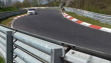 Vídeo: Un motero coquetea con el guardarraíl de Nürburgring