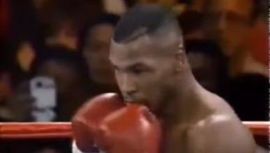 ¿Ha viajado en el tiempo el señor que está detrás de Tyson?