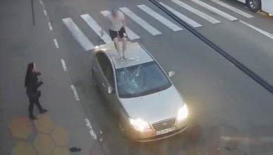 Así se destroza un coche en Rusia: ¡con chancletas!