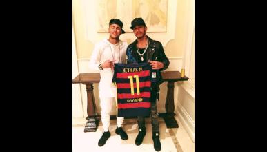 Neymar y Hamilton, con la camiseta del Barcelona.