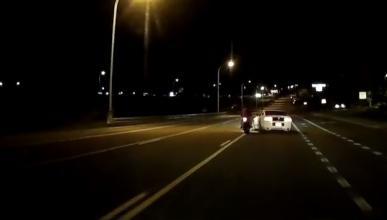 Vídeo: Pique entre un Mustang y un motero que acaba muy mal