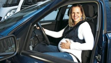 Se queda embarazada ¡de un coche deportivo!