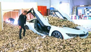 Vídeo: un BMW i8 atraviesa la puerta de un garaje
