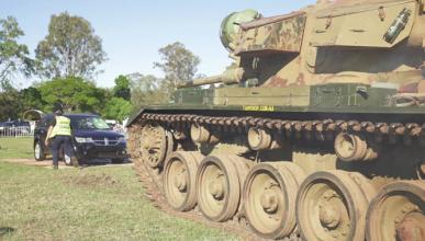 Vídeo: harto de las averías, aplasta su coche con un tanque