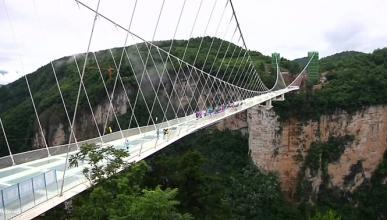 Vídeo: un SUV cruza un puente de cristal de 300 m de altura
