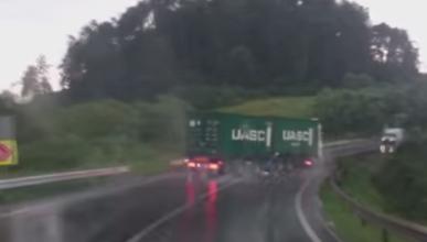 Agua, curva y camión... mala combinación