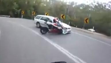 Vídeo: Tortazo tremendo en moto por creerse Valentino Rossi
