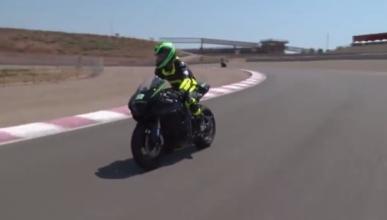 Vídeo: Conduce una moto completamente a ciegas
