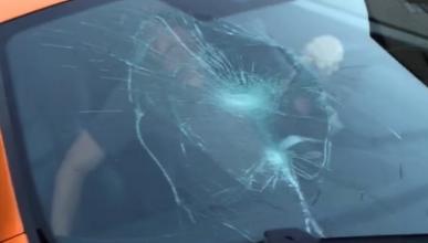 Vídeo: niño rompe parabrisas de un McLaren con su monopatín