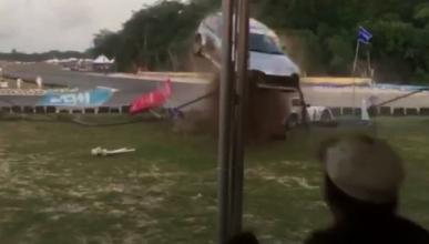 Vídeo: un coche colisiona contra una grada repleta de gente