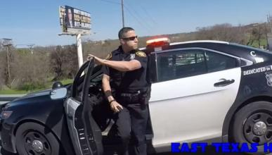 Policía rocía espray de pimienta a un grupo de motoristas