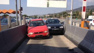 Dos coches se empotran en un peaje en Cataluña