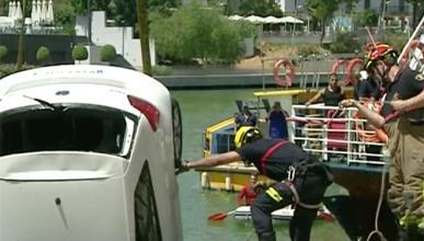 Un coche se cae al río Guadalquivir en Sevilla