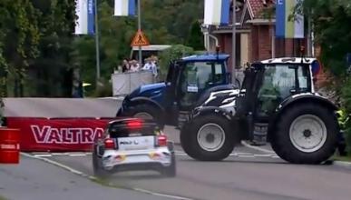 Una chicane hecha de tractores en el Rally de Finlandia