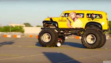 La Roca Johnson destroza lo que pilla con un monster truck