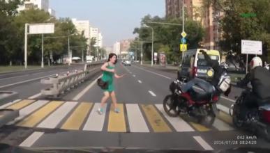 Vídeo: Una chica guapa deja en ridículo a un motero