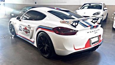 Porsche Cayman GT4 con decoración Martini