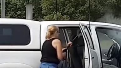 Vídeo: mujer lava a presión el interior del coche