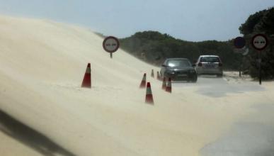 Un poblado de Tarifa incomunicado por una duna