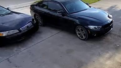 Vídeo: Pierde el control y se lleva la puerta de un garaje