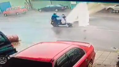 Ir en moto en pleno tifón no es buena idea: mira por qué