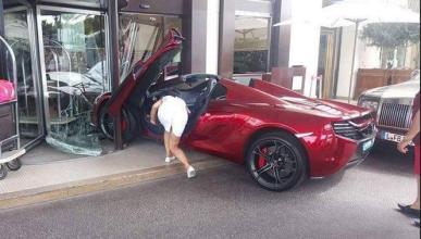 Un McLaren se estrella contra la puerta de un hotel de lujo