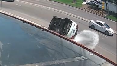 Vídeo: un Toyota cae al salir del túnel de lavado