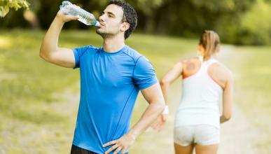 ¿De verdad es bueno beber dos litros de agua al día?