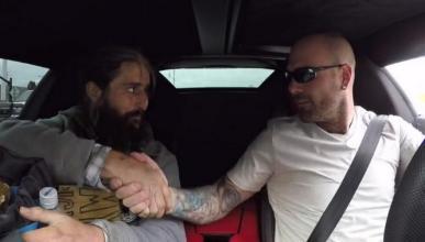 Chris Collins ayuda a Alex, un hombre que vive en la calle