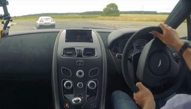 Un Aston Martin V12 Vantage S persigue a un Nissan GT-R