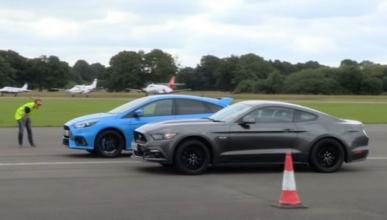 ¡Toma drag race! Ford Focus RS vs Ford Mustang GT