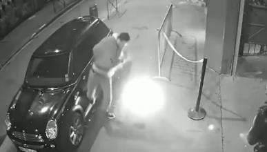 VÍDEO: le explota un cigarro electrónico en el bolsillo