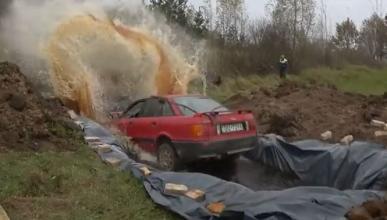 Vídeo: salta con su coche a una piscina llena de Coca Cola