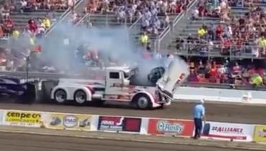 El motor de un camión salta por los aires en pleno combate