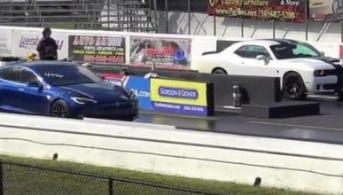 Vídeo: Tesla Model S P100D VS Dodge Challenger SRT Hellcat
