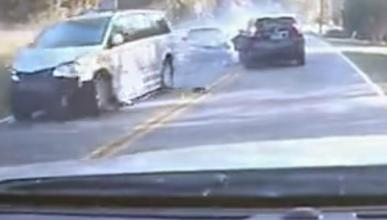 Vídeo: adelanta ilegalmente y provoca un accidente múltiple