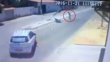 Se choca contra un coche y le cae un poste eléctrico encima