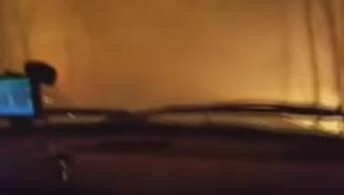 Graba cómo atraviesa las llamas con su furgoneta