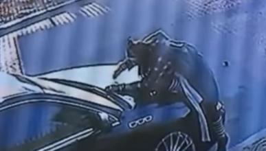 Vídeo: destruye un coche a plena luz del día... durante 6 h