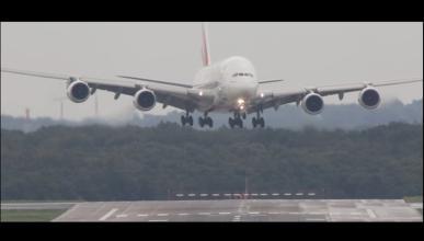 El avión más grande del mundo aterriza con viento cruzado