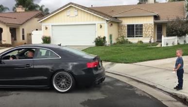 En vídeo: le arranca el diente a su hijo ¡con un Audi S5!