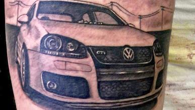 Esto es amor... Se tatúa su VW Golf GTI en el brazo