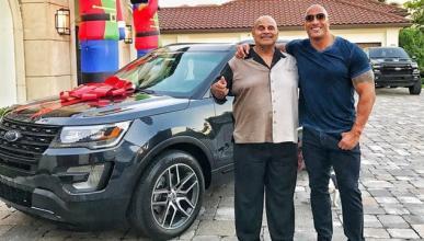 Dwayne Johnson compra a su padre un Ford Explorer