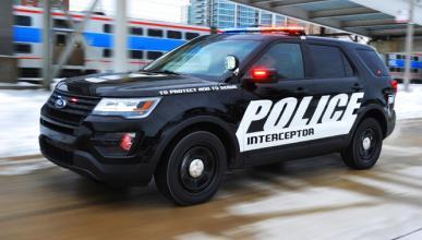 Un Policía salta a un coche en marcha para salvar a un bebé