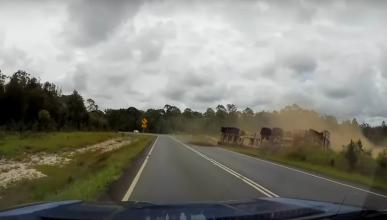 Graba en directo cómo vuelca un camión
