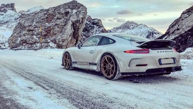 Vídeo: un Porsche 911 R derrapa en una carretera nevada