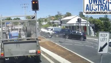Vídeo: se salta un semáforo y choca contra dos coches