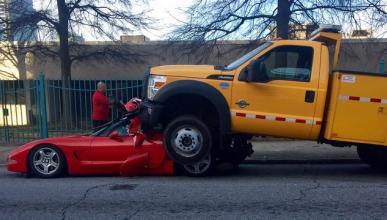 ¡Vaya susto! Un Ford acaba encima de un Chevrolet Corvette