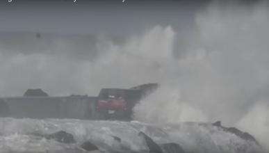 El tonto del día:un pick up termina arrastrado por las olas