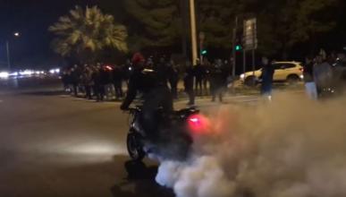 Vídeo: carreras callejeras en Grecia acaban en disturbios